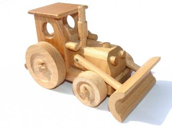 Dřevěný traktor s radlicí